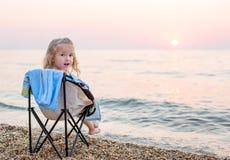 愉快海滩的女孩一点 图库摄影