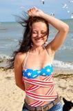 愉快海滩的女孩 免版税库存图片