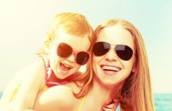 愉快海滩的系列 小女儿母亲 库存照片