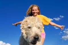 愉快狗的女孩 免版税图库摄影
