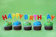 愉快生日的杯形蛋糕 免版税库存图片