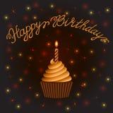 愉快生日贺卡的问候 与一个蜡烛的杯形蛋糕在抽象棕色背景 库存图片