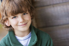 年轻愉快男孩微笑 免版税库存照片