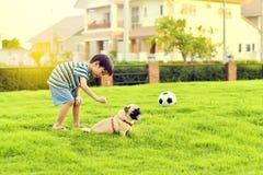 愉快男孩的狗 图库摄影