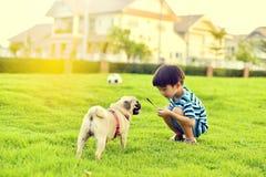 愉快男孩的狗 库存照片
