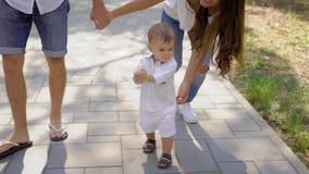 愉快男性和女性走与外面孩子 股票录像