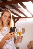 愉快白肤金发与她的细胞和啤酒 免版税库存图片