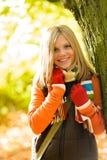 愉快白肤金发少年女孩秋天森林微笑 免版税库存照片