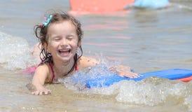 愉快的一点女婴游泳 免版税库存图片