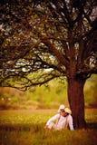 愉快的一起使用在一棵老树下的父亲和儿子 库存图片