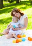 愉快的一起使用在公园的妈咪和她的孩子 免版税库存图片