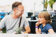愉快的一起花费时间的父亲和儿子 免版税库存照片
