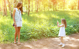 愉快的一起获得母亲和的女儿乐趣 免版税库存图片