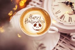 愉快的万圣夜咖啡 免版税库存图片