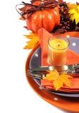 愉快的万圣夜或感恩党桌与橙色和紫色题材-垂直的餐位餐具 免版税库存图片