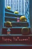 愉快的万圣夜! 南瓜和灯笼在步在房子里神秘的光的 免版税库存照片
