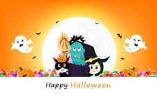 愉快的万圣节邀请海报、南瓜、恶意嘘声、糖果、蛇神妖怪、巫婆和鬼的逗人喜爱的字符与满月, 向量例证