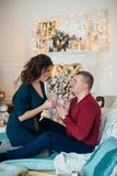 愉快的丈夫和妻子圣诞节装饰的 库存照片