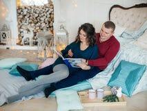 愉快的丈夫和妻子圣诞节装饰的 免版税图库摄影