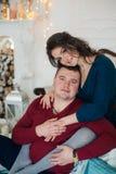 愉快的丈夫和妻子圣诞节装饰的 库存图片