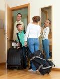 愉快的三口之家与去带着vac的手提箱的少年 免版税库存图片