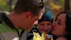 愉快的三口之家享用的秋天在公园 股票录像