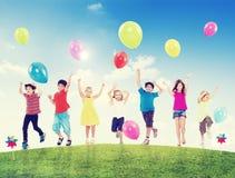 愉快的不同种族的孩子户外 免版税库存图片
