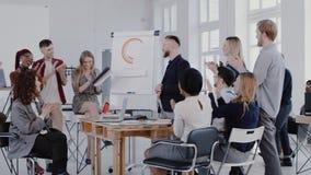 愉快的不同种族的经理合作拍手对中间年迈的CEO商人在现代办公室会议,慢动作红色史诗上 股票录像