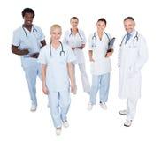 愉快的不同种族的医疗队画象  库存照片