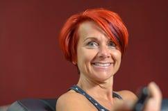 愉快的中世纪红头发人妇女对照相机微笑 免版税库存图片