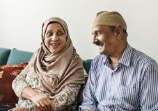 愉快的中东成熟夫妇在家 免版税图库摄影