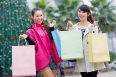 愉快的中国妇女去购物 库存图片