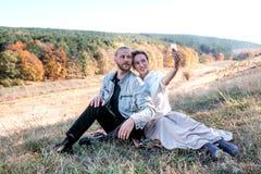 愉快的中年夫妇做selfie户外 免版税库存照片