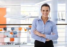 愉快的中部年迈的女实业家在办公室 库存照片