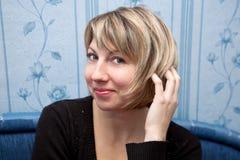 愉快的中间名更正头发的变老的妇女。 库存图片