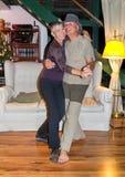 愉快的中年夫妇跳舞 免版税库存照片