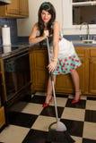 愉快的主妇详尽的厨房 免版税库存照片