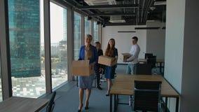 愉快的买卖人在新的办公室走,当箱子,微笑 股票视频