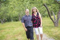 愉快的五十对前辈夫妇在公园 图库摄影