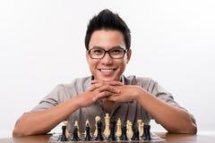 愉快的亚裔下象棋者 免版税图库摄影