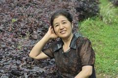 愉快的亚裔成熟妇女 免版税库存照片