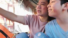 愉快的亚裔母亲和儿子在浮动市场上是著名的在泰国, 股票视频