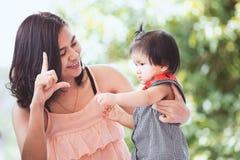 愉快的亚裔母亲和逗人喜爱的矮小的一起使用的女婴 免版税库存图片