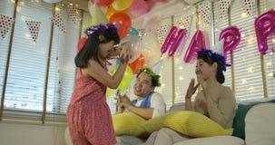 愉快的亚裔看他们的女儿的父母愉快地跳舞 股票录像