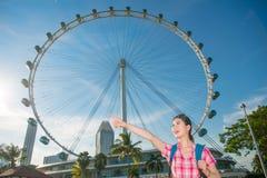 愉快的亚洲妇女旅行在新加坡,新加坡飞行物 免版税库存图片