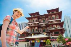 愉快的亚洲妇女旅行在新加坡,菩萨牙遗物寺庙 库存照片