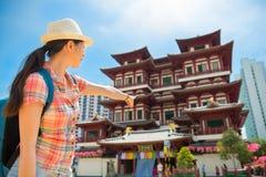 愉快的亚洲妇女旅行在新加坡,菩萨牙遗物寺庙 库存图片