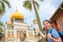 愉快的亚洲妇女旅行在新加坡, Masjid苏丹 免版税库存照片