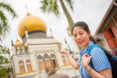 愉快的亚洲妇女旅行在新加坡, Masjid苏丹 库存图片