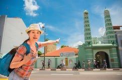 愉快的亚洲妇女旅行在新加坡, Masjid Jamae 免版税库存图片